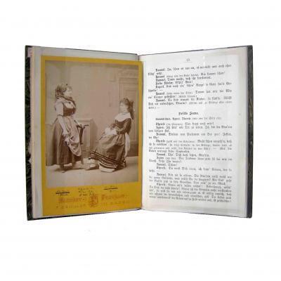 Unikales Exemplar der Erstausgabe von Anzengrubers »Der ledige Hof«, mit zwei Rollenfotos, 1877